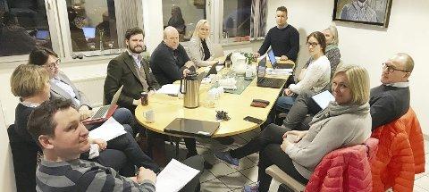 Første møte: Jon Tunheim (H), ved enden av bordet, har i inneværende periode vervet som leder av Kontrollutvalget. Han etterfølger Stig Atle Vange (SV) i Holmestrand. Foto: Pål Nordby