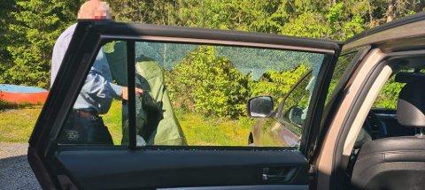 SKREMMENDE: En bilist kom kjørende på Krapfossveien i Moss onsdag. Der opplevde han noe svært skremmende da en stein kom flyvende inn i bilruten.