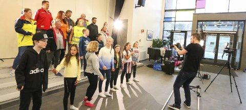 LEVDE SEG INN: Mandag var SUM, Siggerud Uten Mobbing, og deres gode hjelpere samlet til innspilling av musikkvideo på Siggerud skole. Oslo Eventstudio står for produksjonen.