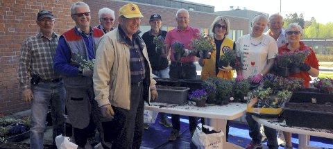 Stor glede når Lions-medlemmene kommer for å pynte opp med blomster på bo- og omsorgssenteret.
