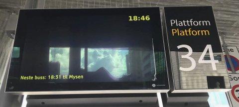 Feil på skilt: Ved dette skiltet ventet Firak Gudbrandsen i over en time, mens bussen faktisk gikk fra en annen plattform. Foto: Privat