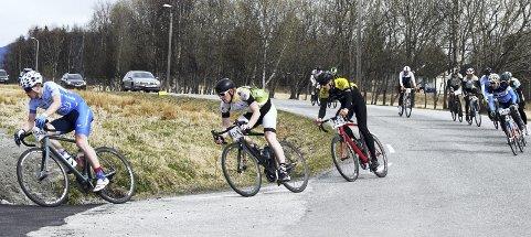 Hjelperytter: Mikael Brunsvik, som nå sykler som mosjonist for Ålesund, runder her svingen opp Kongeveien og styrer inn mot målområdet som nummer to i feltet.
