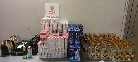 21 500 sigaretter og 90 liter brennevin ble beslaglagt av tollere i Vauldalen i Sør-Trøndelag søndag ettermiddag.