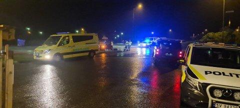 ALVERSUND: Ein bil køyrde av vegen ved Gabben bensinstasjon søndag kveld.
