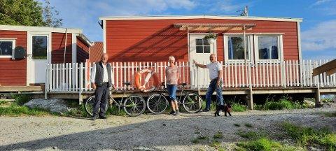 Arve Mjømen, Karin Madsen og Oddbjørn Mjømen er tre av fire søsken som driv Mjømna kystcamp. Lyder Mjømen er ikkje på bildet.