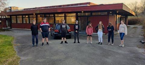 Ungdom samlet seg: Mathias Haugsnes (fra venestre), Alexander Haugsnes, Thomas Valen, Filip Johnsen, Live Meling, Miriam Steinsland, Kaia Valen og Heidi Dyskeland.