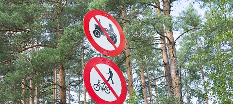 GJELDER IKKE NÅ: - Forbudet mot å kjøre traktor på riksvei 35 er midlertidig opphevet, slik at bøndene skal få levert korn til Felleskjøpet, opplyser Ståle Versland. Forbudet for gående og syklende gjelder imidlertid fortsatt.