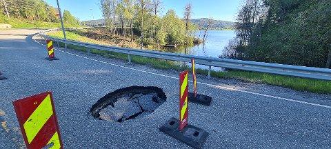 SYNKEHULL: Her ser vi det store hullet som har oppstått på fylkesveien i Krøderen sentrum.
