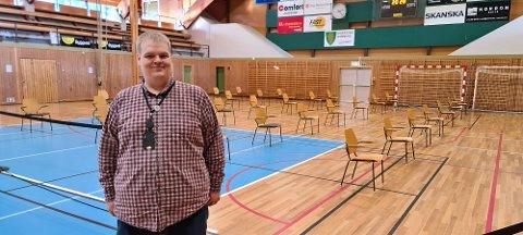 KLAR TIL VAKSINERING: Kjetil Stokka er klar til å ta i mot 150 menneske til vaksinering i Egersundshallen onsdag 10. februar.