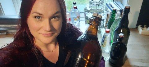 FORBEREDT: Karoline Bækkevold har litervis med vann stående på kjøkkenet.