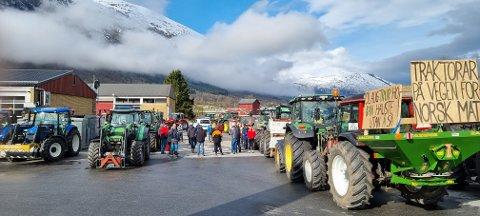 KOLONNE: Tysdag ettermiddag vil fleire traktorar køyre kolonne frå Mo til Førde. Det kan bety at du må rekne litt ekstra tid, om du skal ut på same strekning. Dette bilde er frå liknande opplegg i Nordfjord måndag.