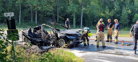 En elbil ble totalt ødelagt av brannen i Torsnesveien. Foto: Andreas Utberg/Utrykningsnytt