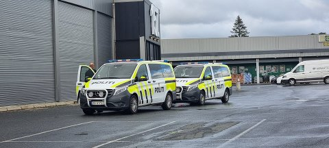 Politiet møtte opp med to patruljer. (Alle bilder: Utrykningsnytt)
