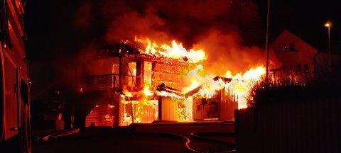 UKJENT ÅRSAK: Det er startet opp etterforskning av brannen som oppstod i en garasje på Grønnåsen i går kveld for å finne ut av hva som forårsaket at et bolighus i løpet av kort tid ble overtent.