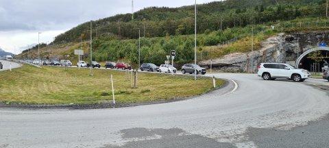 LANGE KØER: Torsdag ble det igangsatt manuell dirigering på Rombaksveien, og fredag gikk trafikken greit forbi anleggsområdet. På mandag ettermiddag ble det igjen meldt om lysregulering og lange køer.