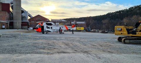 HELSEOPPDRAG: Onsdag morgen landet dette helikopteret ved Norske Skog Saugbrugs som følge av et helseoppdrag.