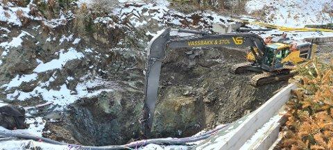 I GANG: Etter en liten påskeferie er Vassbakk & Stol tilbake ved synkehullet i Haukelivegen for å grave ned mot tunnelen.