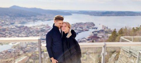 FRA STORBY TIL SMÅBY: Milly Engvall og samboer Oscar Dundas Brandt gruer seg litt til å flytte fra Bergen, men mener samtidig beliggenheten rett på Åkrasanden er verdt å flytte til.