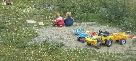 Hjemme: De to søsknene i sandhaugen hjemme da de var tre år gamle, før overgrepene startet. Foto: Privat