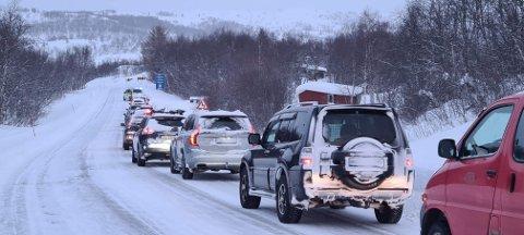 En buss har kjørt ut av veien på E6 mellom Strømmen Bro og Høybuktmoen i Kirkenes. Det skaper lange køer.