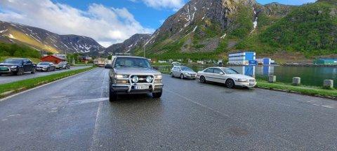 BLE STÅENDE: Disse bilene kom seg ikke av gårde med ferga fordi den dro før tiden.
