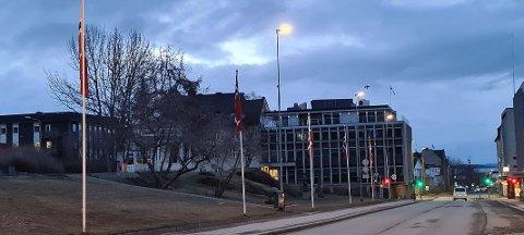 Slik så det ut ved Generalhagen i Harstad sentrum natt til søndag. Flaggene står fremdeles.