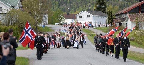 HVITTINGFOSS: Små og store stiller alltid opp i 17. mai-toget i Hvittingfoss.