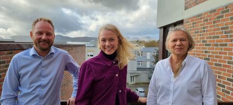 Vilde Aarethun flankert av ordfører Remi Solberg (Ap) og varaordfører Anne Sand (Sp) i Vestvågøy.