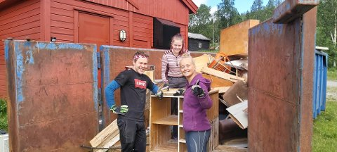 VIKTIG JOBB: En av mange oppgaver som ungdom fra Lierne har gjort i sommer er opprydding i kjelleren på Nordli museums bygning Allheim. Fra venstre:  Tobias Odelberg, Vilde Aamo og Hedda Gjertsås.