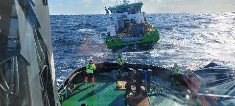 Slepet i gang: Her er slepet av AQS-båten i gang. Det er ventet at den ankommer Florø i natt.