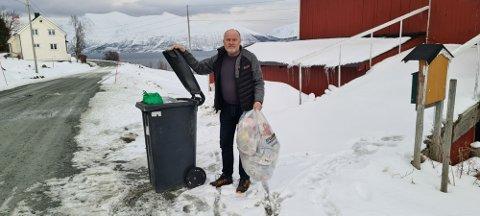 FULLE DUNKER: Remiks hentet ikke søppel på strekningen Finnkroken - Grøtnesdalen tirsdag. Grunn? Veien er for dårlig.