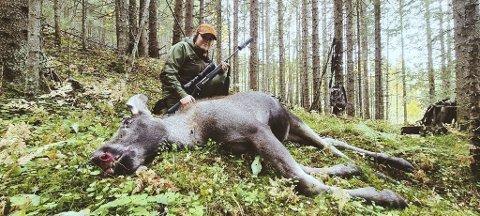 85 KILO: Wilma Matsson (22) avbildet ved siden av den aller frørste elgen hun har felt. Kalven hun skjøt i Høgegga fredag, hadde en slaktevelt på 85 kilo.