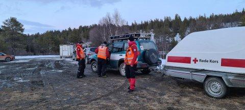 UTE PÅ OPPDRAG: Tynset Røde Kors Hjelpekorps var palmesøndag ute med to snøscootere og transporterte en pasient fram til ventende ambulanse.