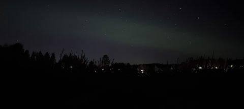 NORDLYS: Disse bildene ble tatt fra Melåsberget sent fredag kveld og natt til lørdag. Foto: Joakim Hedlund