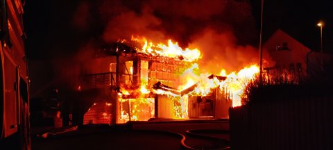 UKJENT ÅRSAK: Det er startet etterforskning av brannen som oppstod i en garasje på Grønnåsen i går kveld for å finne ut av hva som forårsaket at et bolighus i løpet av kort tid ble overtent.