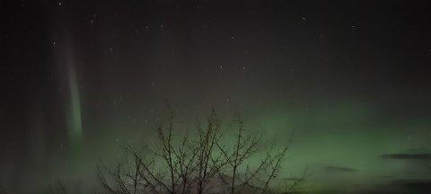 Fint nordlys: Slik så det ut på nattehimmelen natt til søndag. Om det blir klarvær søndag kveld kan det komme tilbake.  SVEIP I BILDEKARUSELLEN FOR FLERE BILDER.