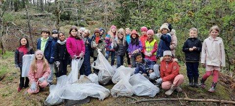 TRENGER HJELP: Elevene i klasse 3C håper på hjelp til å rydde opp i skogen bak skolen sin.
