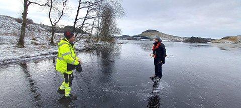 PÅ BEFARING: Sandnes kommunes inspektør Christian Driftland (t.v.) befarer isen lørdag ettermiddag.