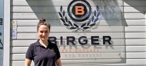 Medarbeider Flavia Crisan foran matplassen Birger i Sandnes sentrum.