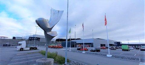 Skulpturen «Brevduen» står på parkeringsplassen til Vagle næringspark.