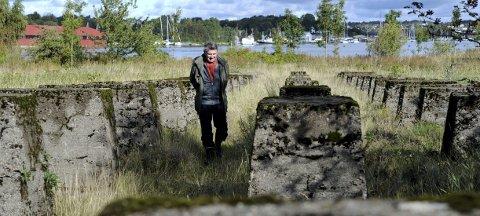 Høyst verneverdig område: Svein Åstrøm er begeistret for plantelivet på tidligere Røds Brug, som flere regner som landets best bevarte ballastplanteområde. Betongfundamentene er satt opp etter 1918.  8Arkivfoto: Geir A. Carlsson