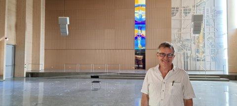 TRENG STOLAR: Martin Ivar Arnesen ber folket om hjelp til å betale for nye stolar i den nye kyrkja på Tau.