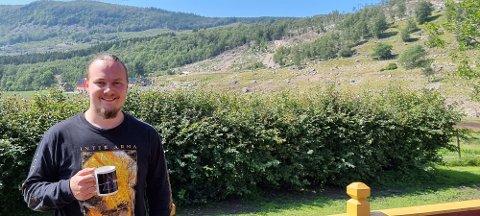 NATURSKJØNT: Hans Jacob møtar Strandbuen med utsikt over naturskjønne omgivnadar.