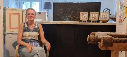 SELGER: Store deler av dagen sitt Karin Christensen i kjellaren på Rosehagen og selg unna malerier av Stålverket.