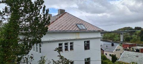 Bør det gis tillatelse til nedskjærte takterrasser og vinduer i takflaten på dette huset? Det var stridens kjerne i bygningsrådet.