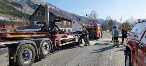 Brannvesenet bistod med å slukke en brann i et lastebildekk mandag ettermiddag.