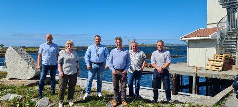 Prosjektleder Tore Strøm i Neas mener Smøla nok ligger et par hestehoder foran mange andre kommuner med signeringen tidligere i sommer. Nå er det klart at det blir bygd bredbånd rundt hele øya.