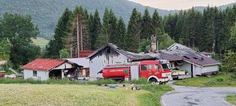 Eneboligen ble totalskadd i brann sist lørdag, da dette bildet ble tatt. Tirsdag begynte det å brenne på nytt.