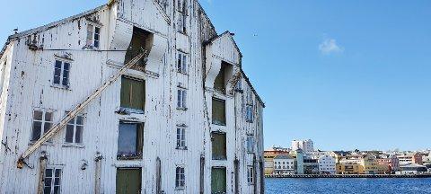 – Her i byen er det mange brygger ved havnebassenget hvor forfallet har kommet langt, skriver plan- og bygningsenheten i Kristiansund til Kommunaldepartementet.