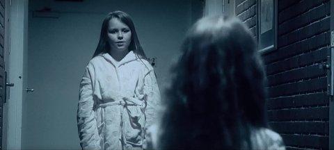 HAR LAGET FILM: Familien Hovi har sammen med filmfotograf Kjell-Einar Kana laget en film om hvordan det er å bo på et stengt hotell, med Emma (10) og Sofia (5) i hovedrollene.